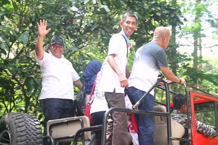 Jajaran Rektorat mengendarai Jeep 4x4 menuju lokasi korban letusan Gunung Merapi