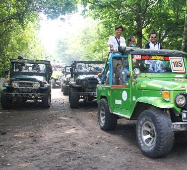 Warga Unikama mengunjungi Lokasi Korban Letusan Gunung Merapi dengan mengendarai Jeep 4x4.