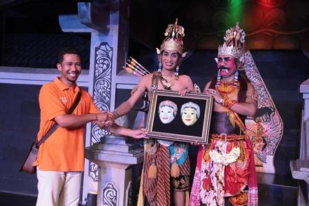 Penyerahan Cinderamata Unikama kepada Tokoh Utama Sendratari Ramayana.